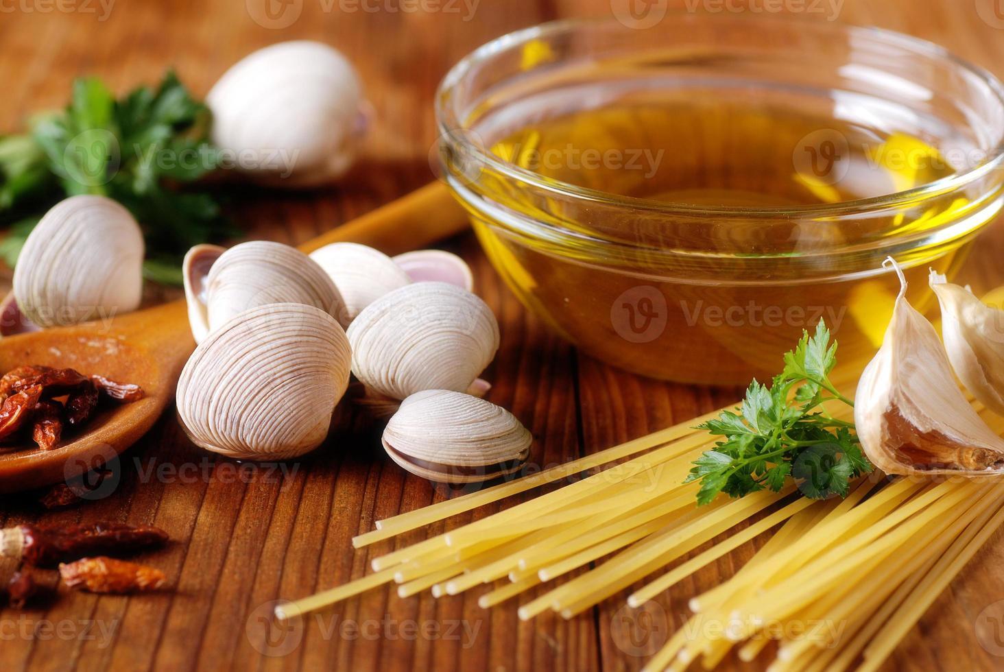 ingrediënten voor spaghetti met venusschelpen foto