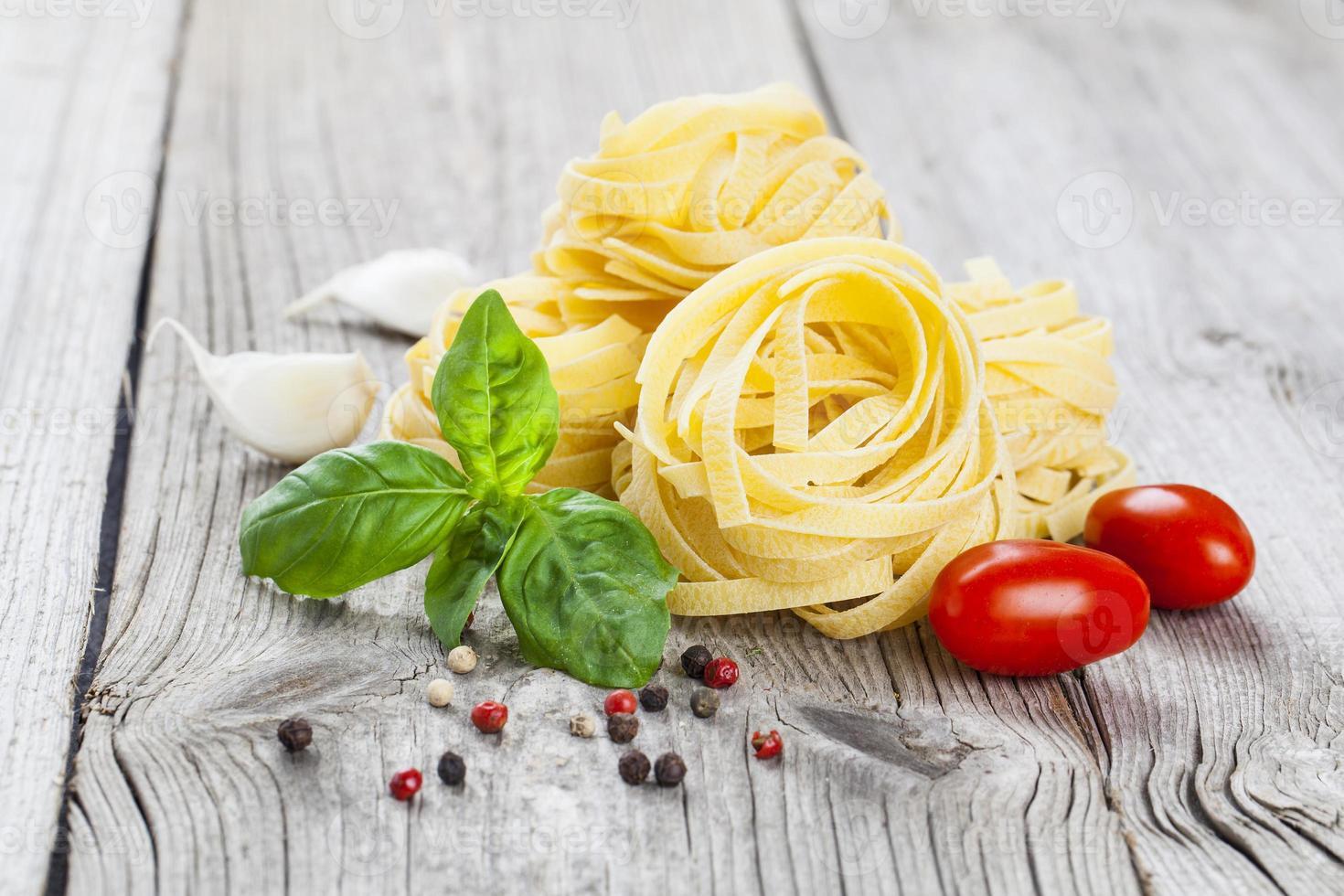 Italiaanse pasta fettuccine nest foto