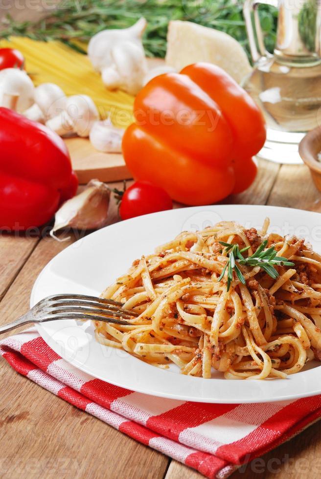 pasta bolognese op de houten tafel foto