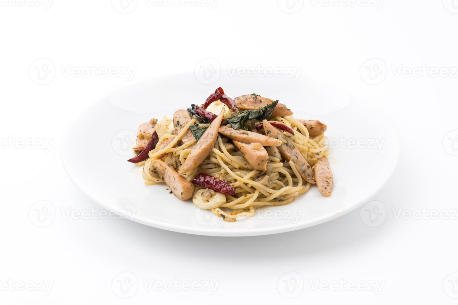 spaghettiworst op witte achtergrond wordt geïsoleerd die foto