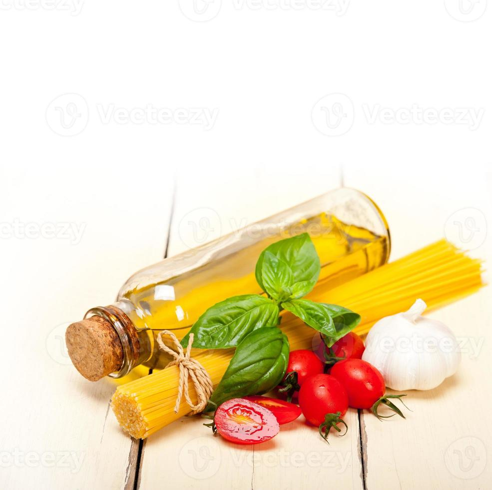 Italiaanse spaghetti pasta tomaat en basilicum foto
