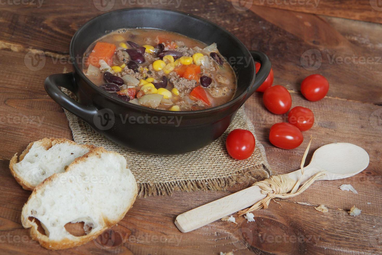 traditionele Hongaarse hete goulashsoep foto