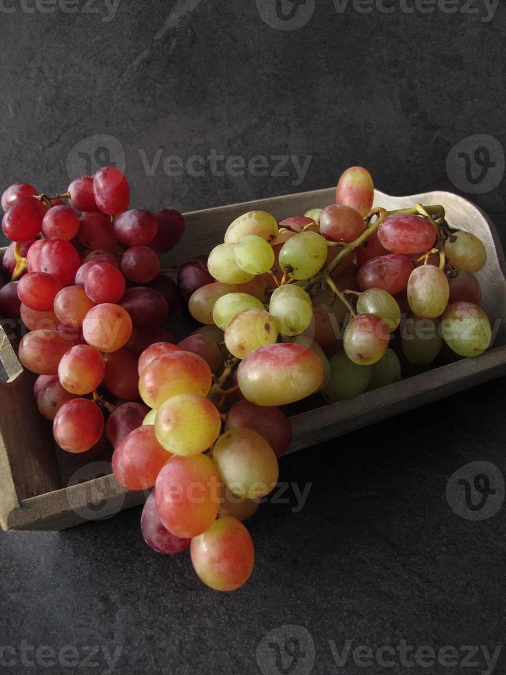 stilleven met rode druiven foto