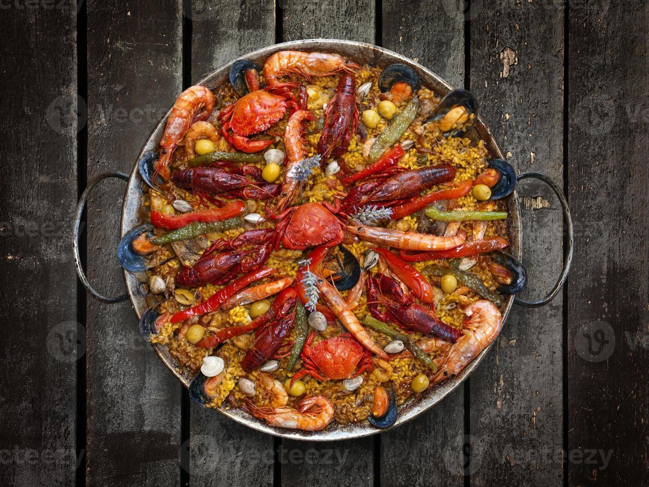 Spaanse traditionele paella met zeevruchten foto