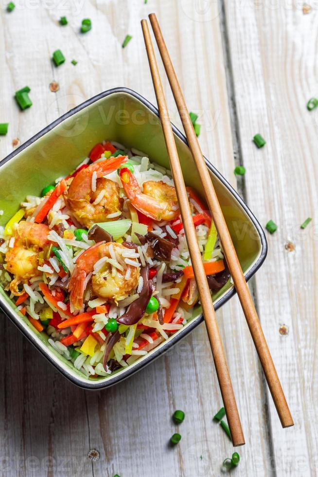 Chinees meng groenten met rijst en garnalen foto