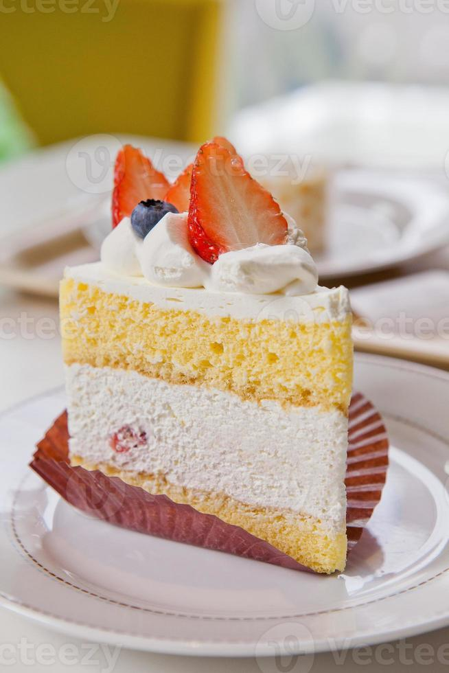 zachte taarttop met verse aardbeien en room foto