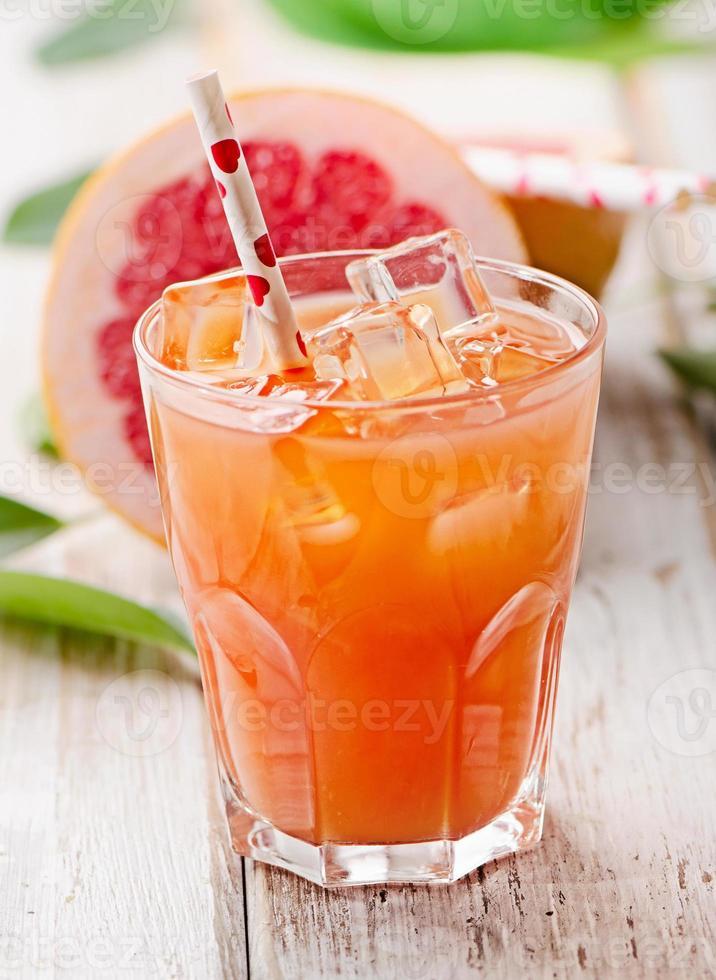 glas vers roze grapefruitsap foto