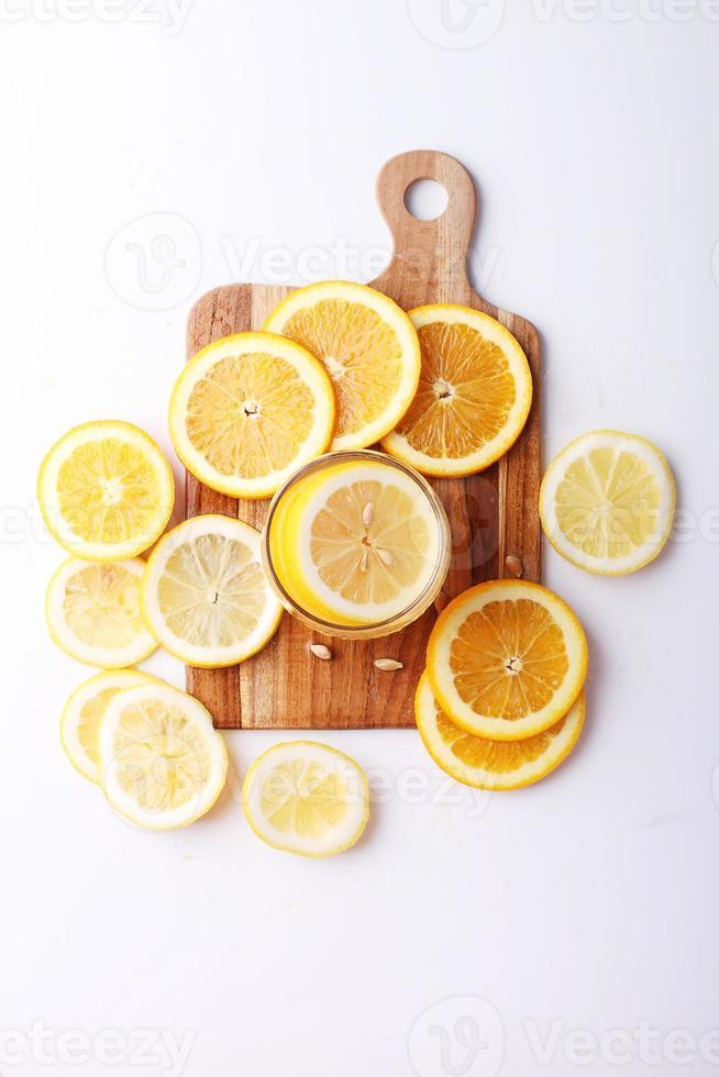 drinken en stapel plakjes citrusvruchten. foto