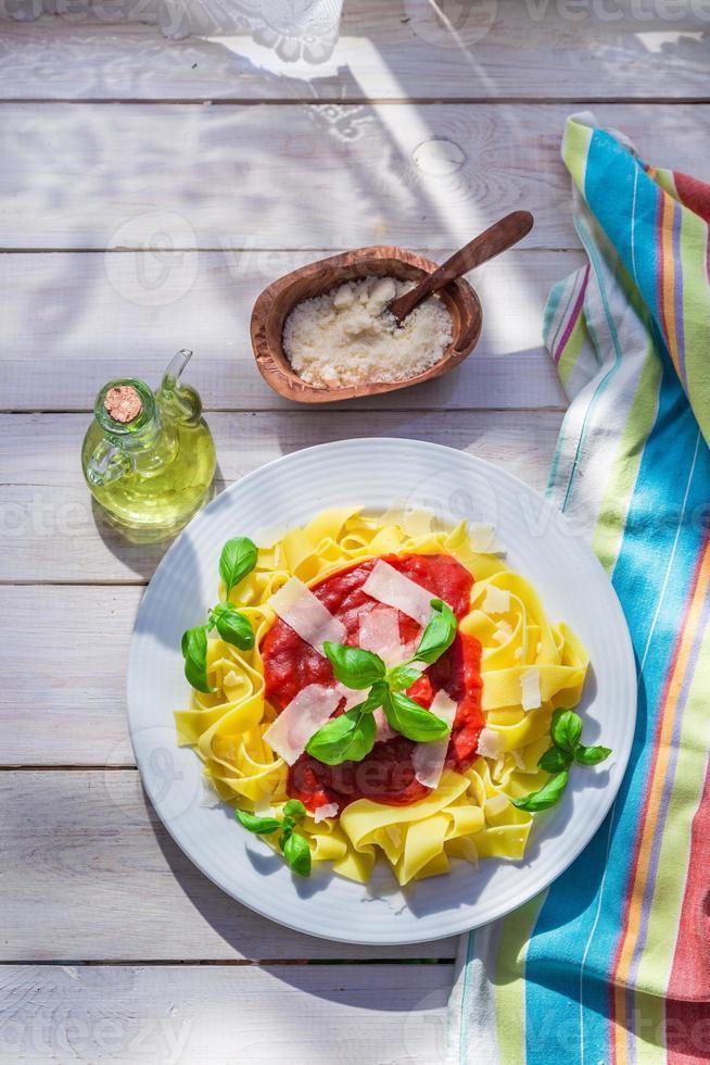 zelfgemaakte pappardelle pasta in de zonnige keuken foto