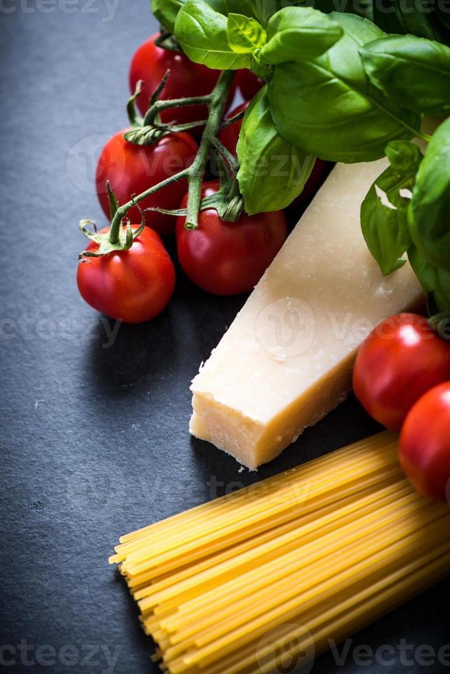 Italiaanse spaghetti ingrediënten, voedsel achtergrond met kopie ruimte foto