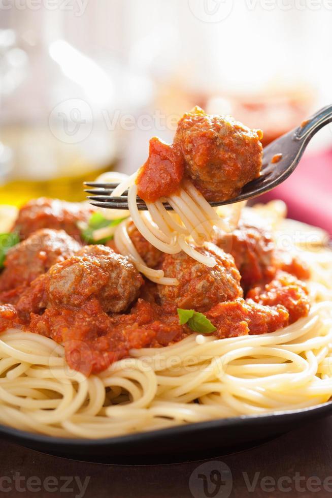 spaghetti met gehaktballetjes in tomatensaus op vork foto