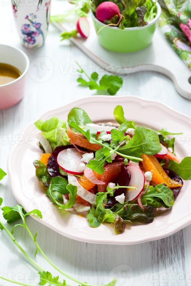 een bietensalade op een bord op een tafel foto