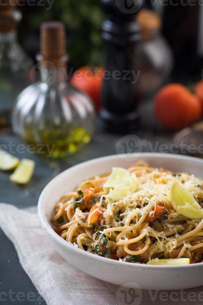 spaghetti met tomatensaus, kruiden en citroen foto
