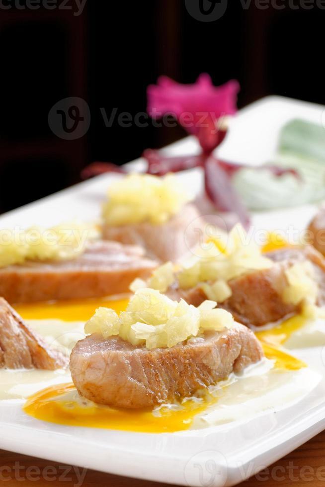 plaat van aangebraden geelvintonijn met knoflooksaus foto