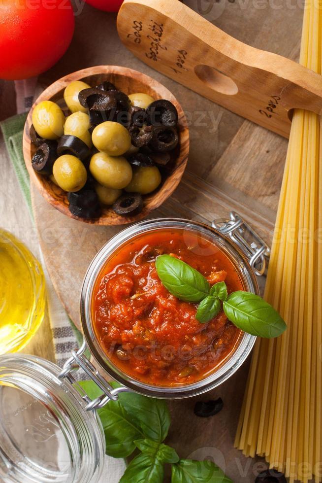 traditionele zelfgemaakte tomatensaus foto