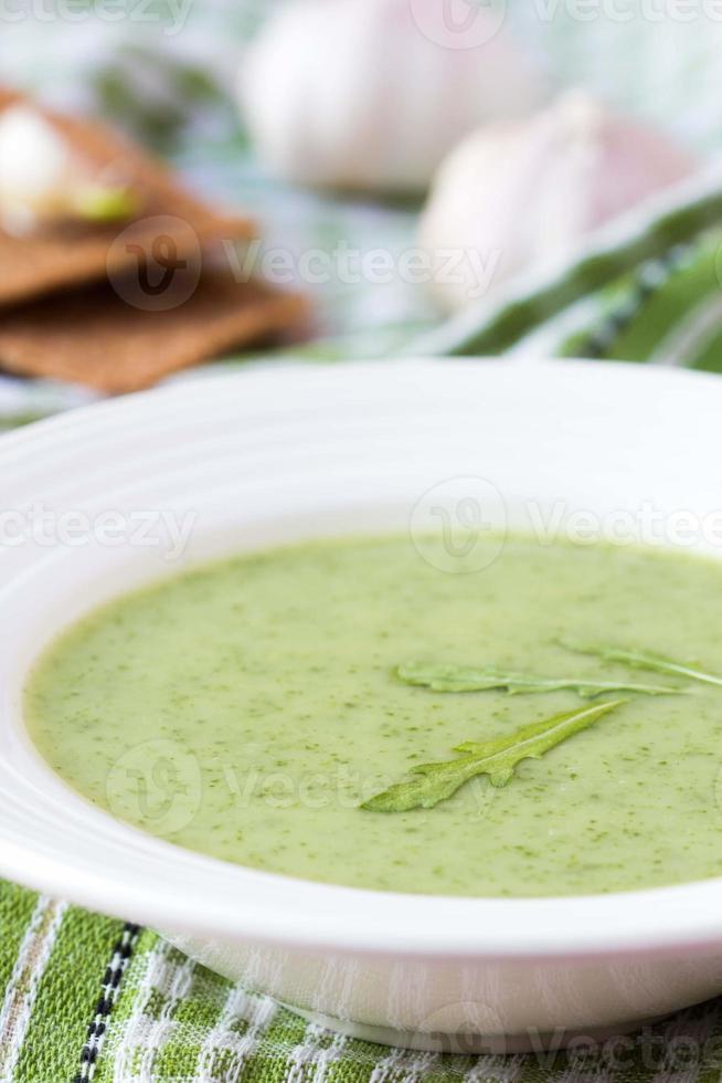 groene knoflookroomsoep met rukola bladeren, rucola, dieet foto