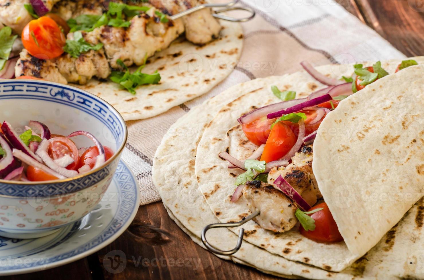 kalkoen kebab met peterseliesalsa foto