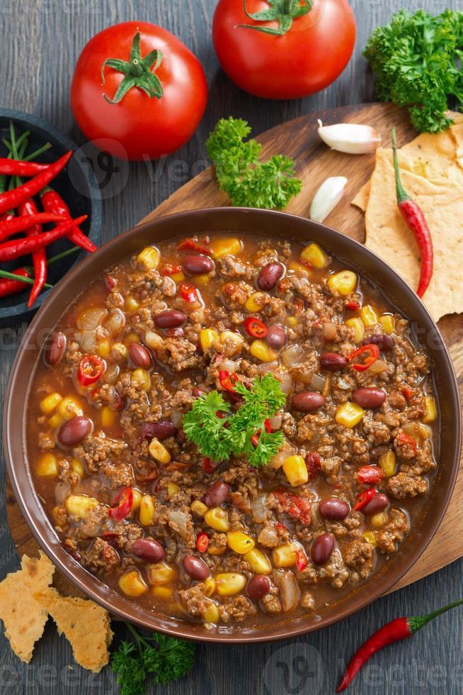 Mexicaans gerecht chili con carne, bovenaanzicht foto