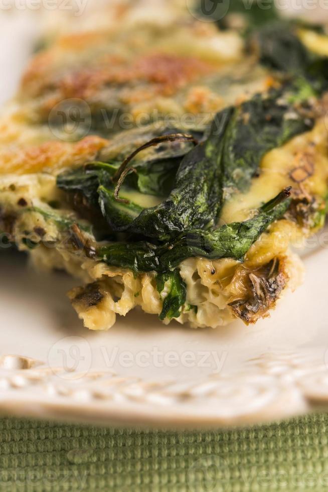 omelet met groenten en kaas. frittata foto