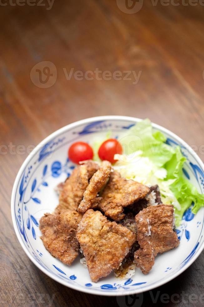 Japanse keuken buta no karaage (豚 の 唐 揚 げ, gefrituurd varkensvlees) foto