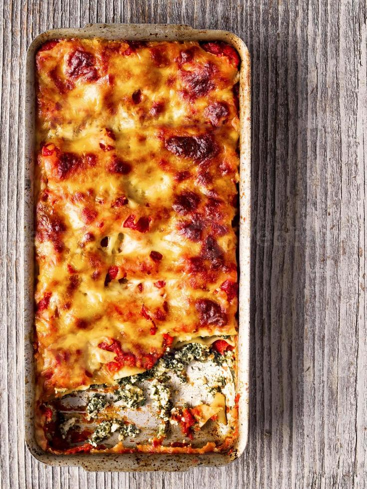 rustieke Italiaans gebakken spinazie ricotta cannelloni pasta foto