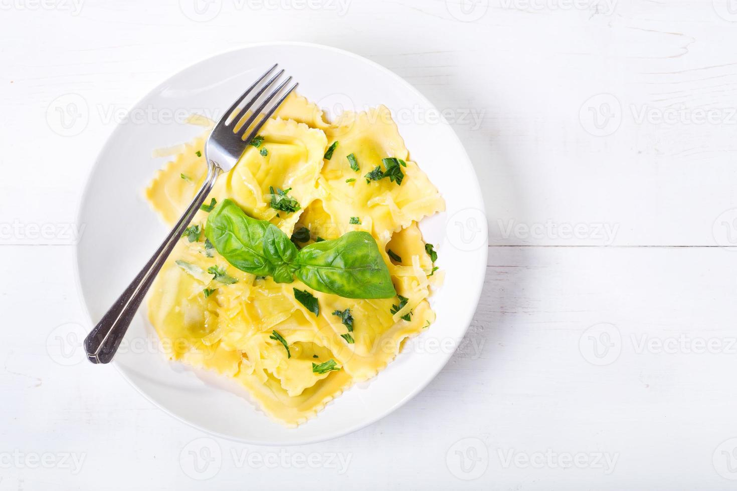 plaat van ravioli met basilicum foto
