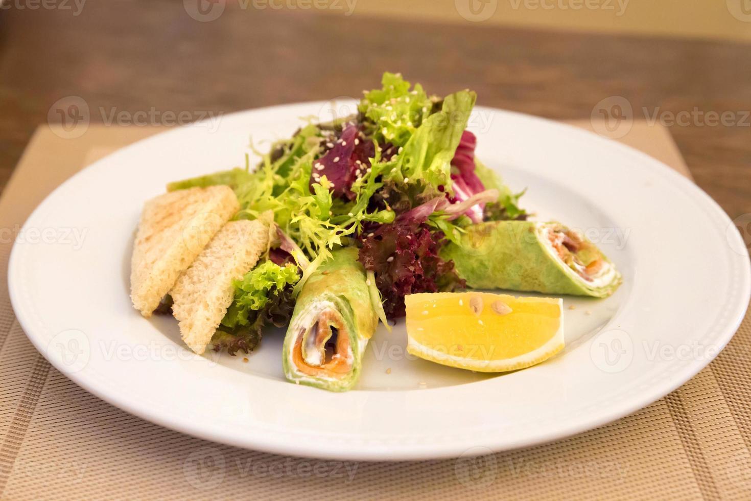 spinazie pannenkoeken met zalm en salade mix foto