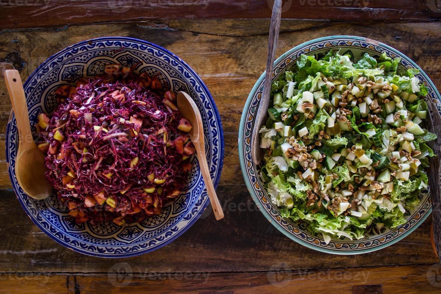gezonde kool en groene salade foto
