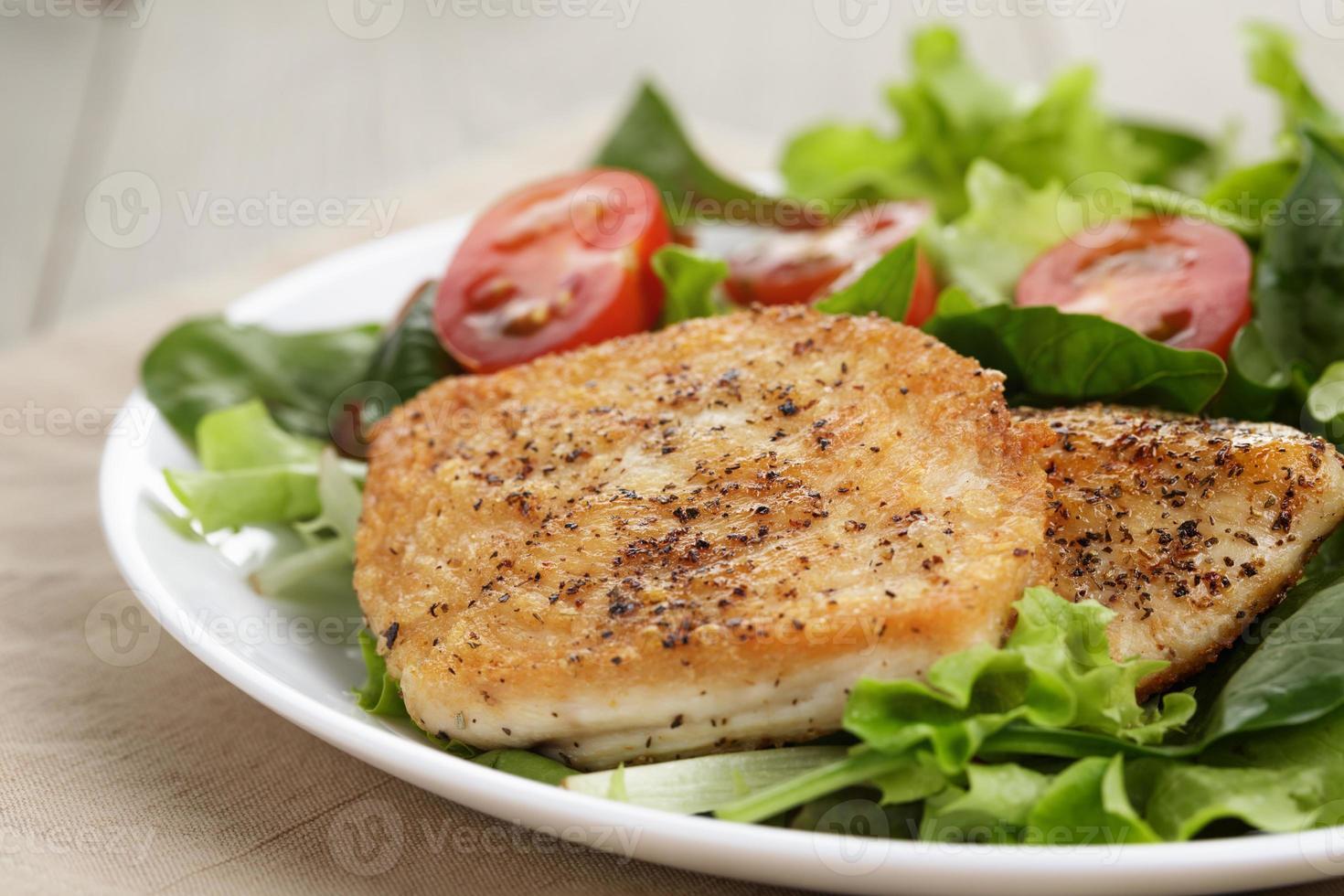 gebraden kip met gemengde salade foto