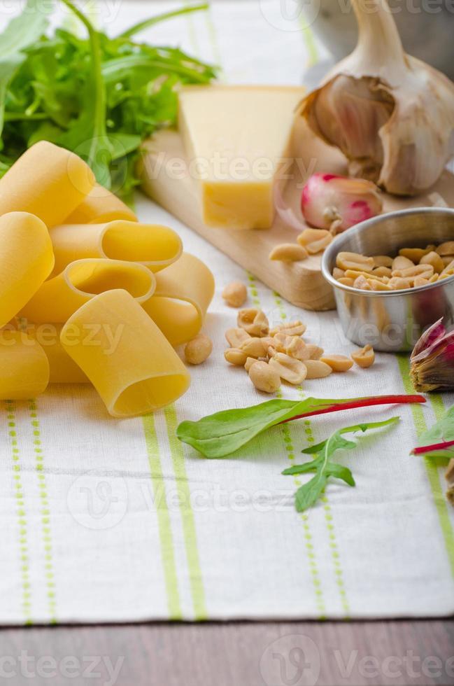 rigatoni met pesto van knoflook en kruiden foto
