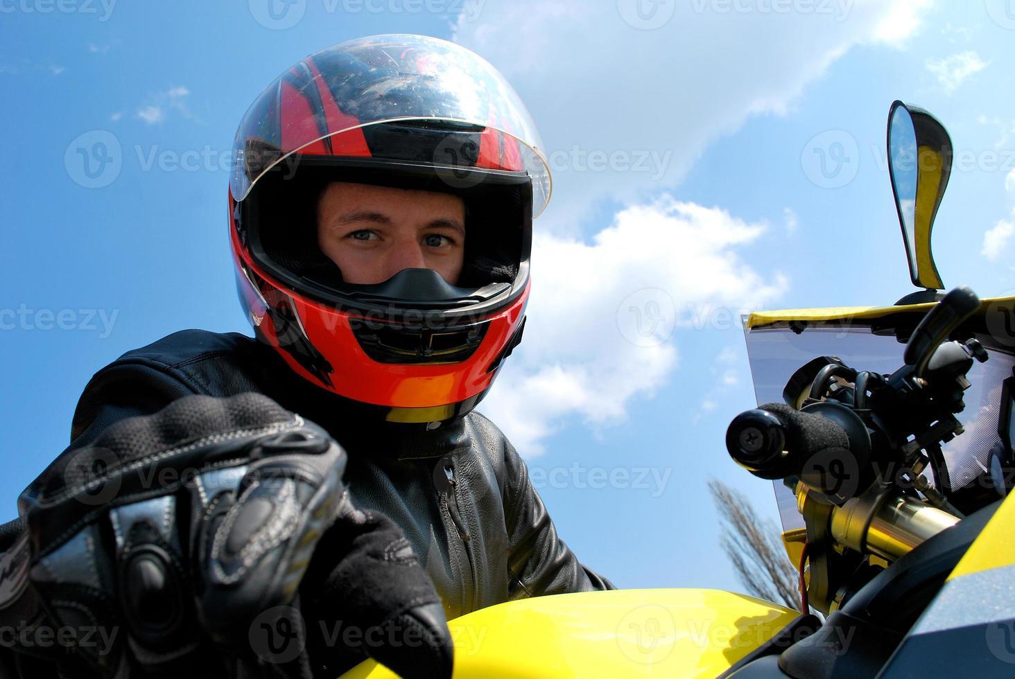 biker kijken naar de camera door middel van zijn helm foto