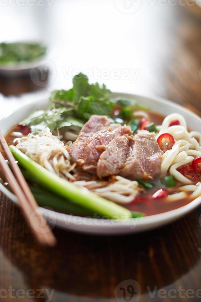 kom Vietnamese pho in natuurlijk licht foto