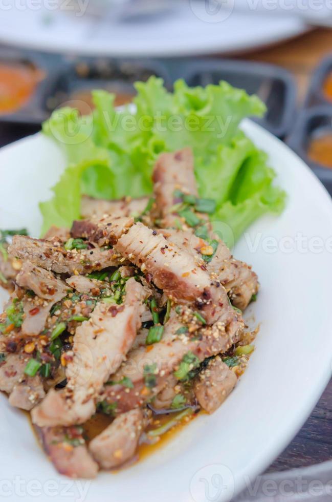 gegrilde pittige varkenssalade foto