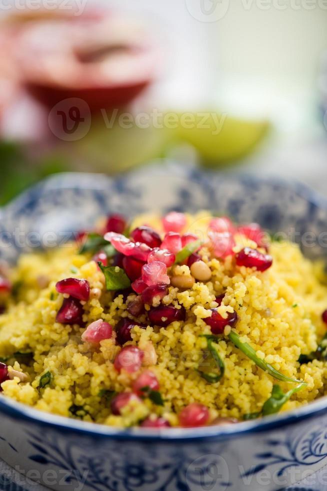 dichtbij bekeken, couscous salade met granaatappel foto