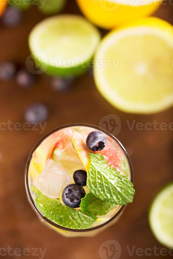 verse cocktail met munt, grapefruit foto
