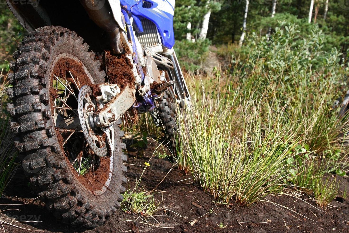 modderig achterwiel van crossmotor foto