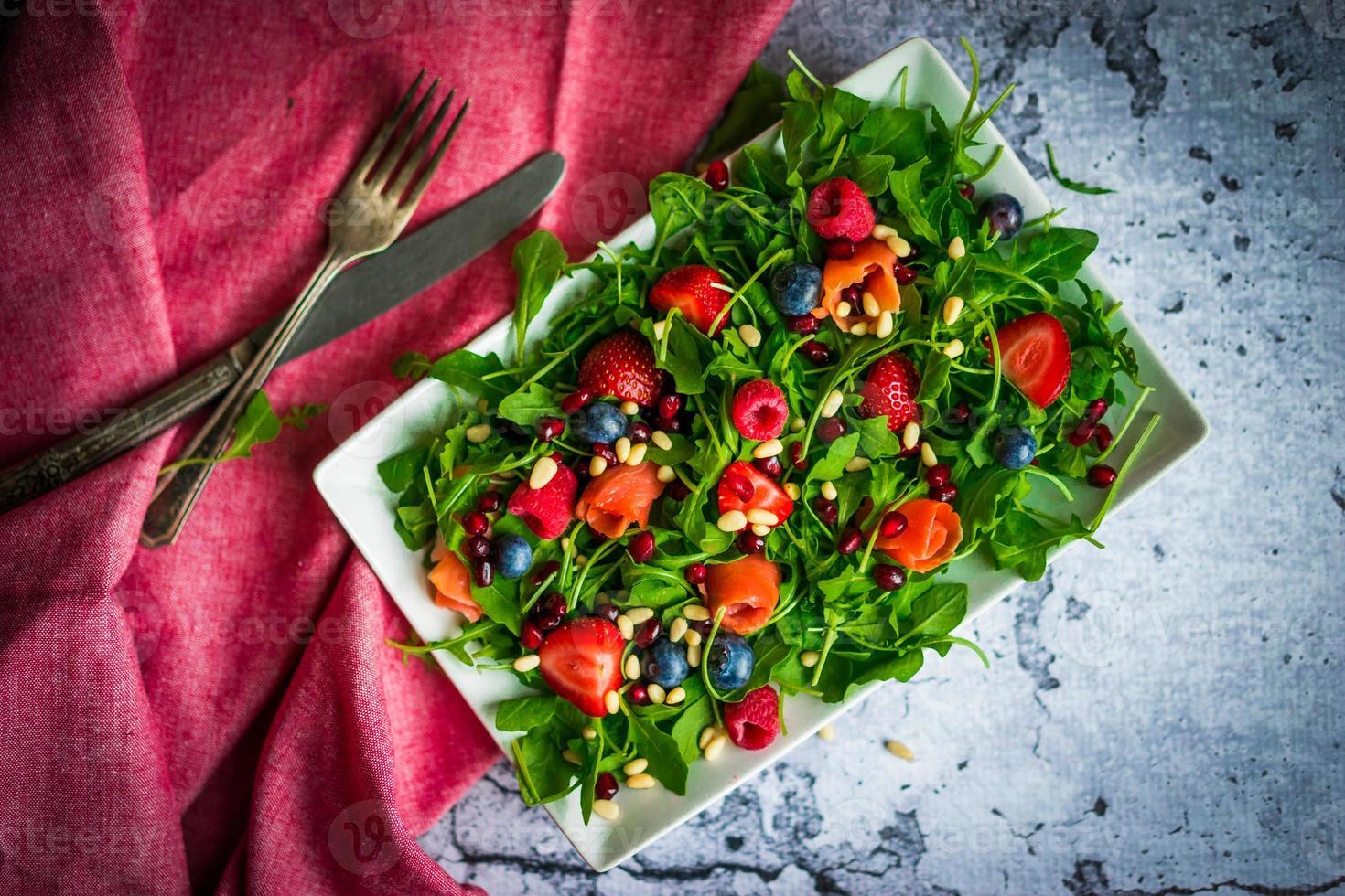 gezonde salade met rucola, spinazie, gerookte zalm en bessen foto