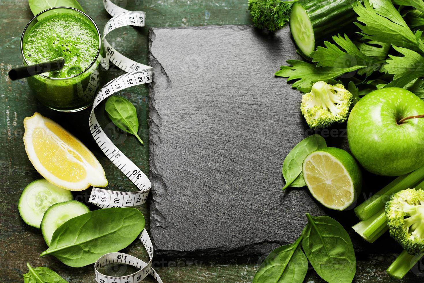 verse groene groenten en smoothie foto