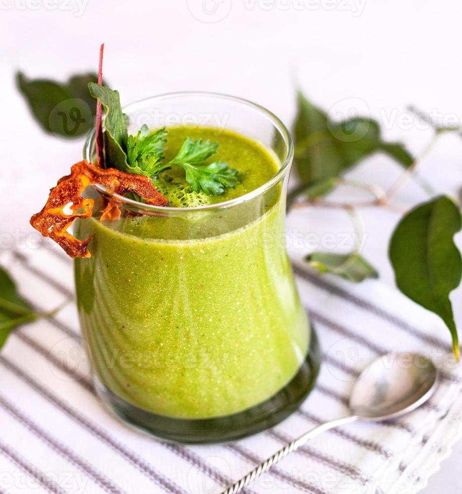groene detox smoothie close-up foto