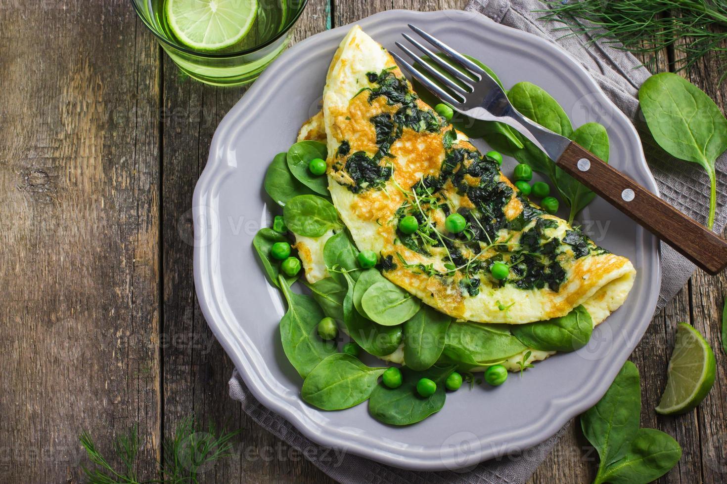 omelet met spinazie en doperwtjes foto