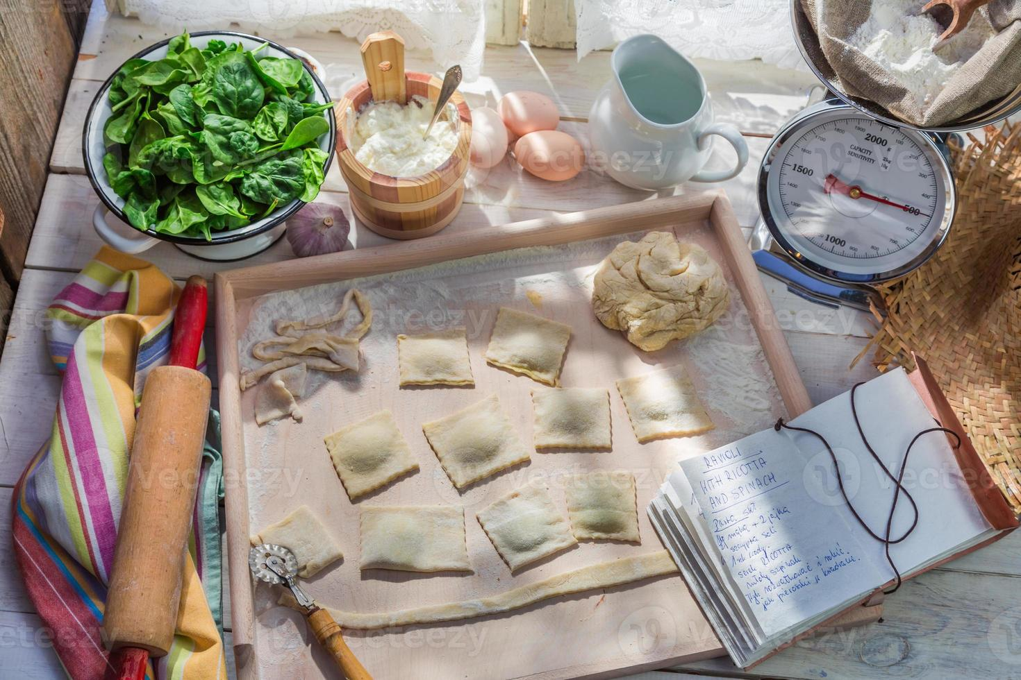 bereidingen voor ravioli gemaakt van ricotta en spinazie foto