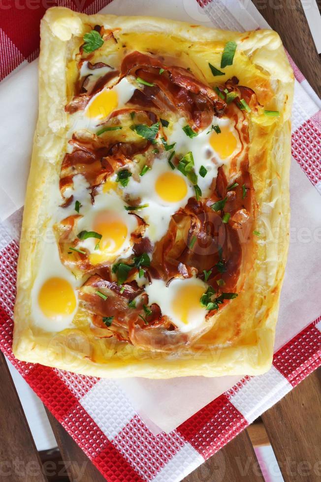 taart met becon, spinazie en kwarteleitjes foto