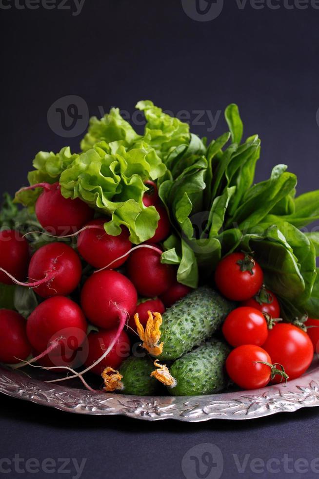 verse groenten en groenten (komkommer, radijs, tomaat, sla, spinazie) foto