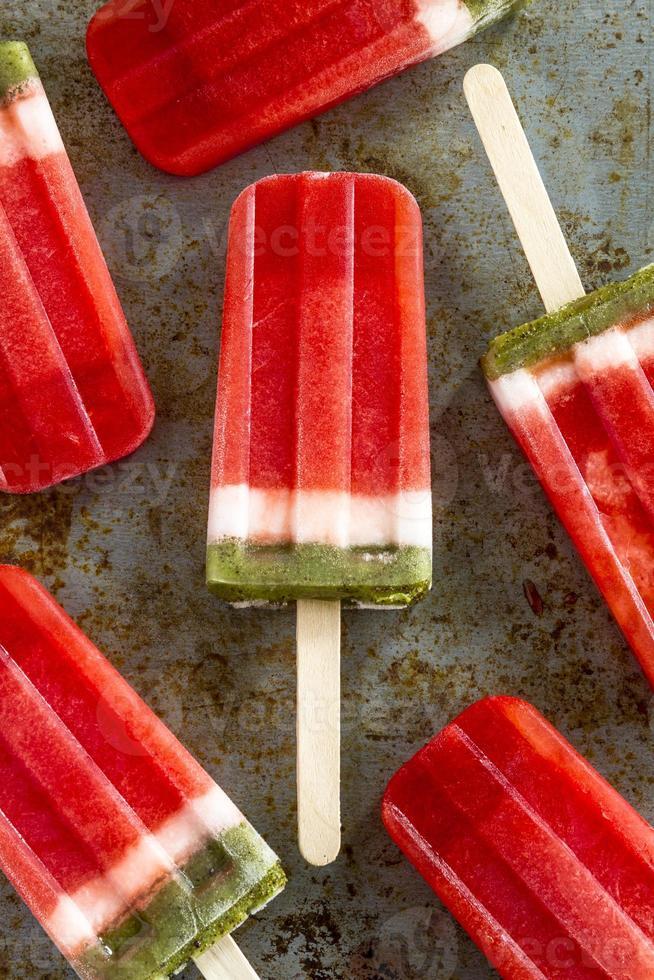 bevroren watermeloen en kiwi ijsjes foto