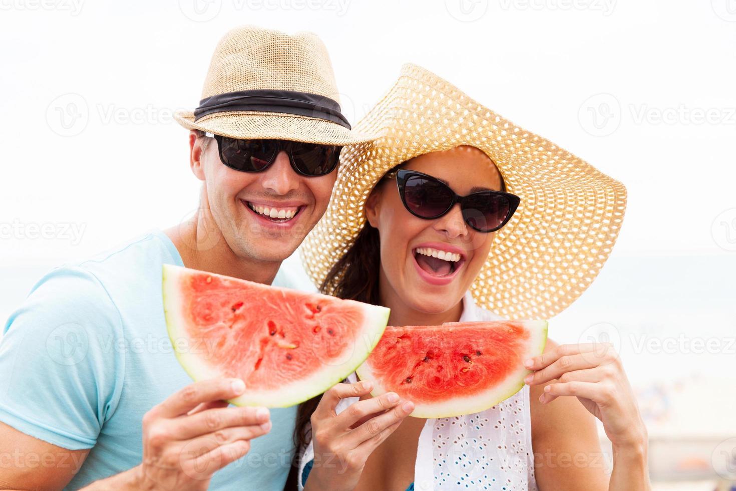 paar met plakjes watermeloen foto