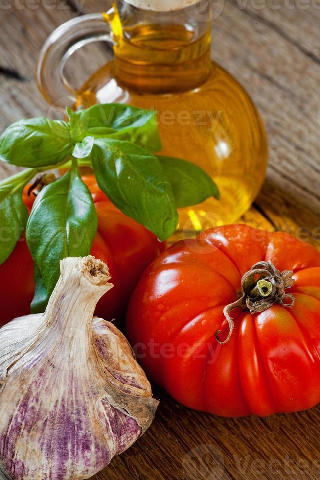 tomaten, basilicum, knoflook en olijfolie foto