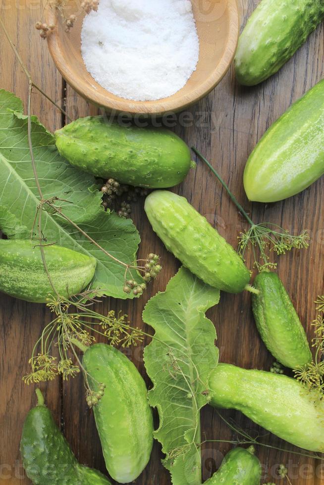 komkommers voorbereiden op beitsen foto