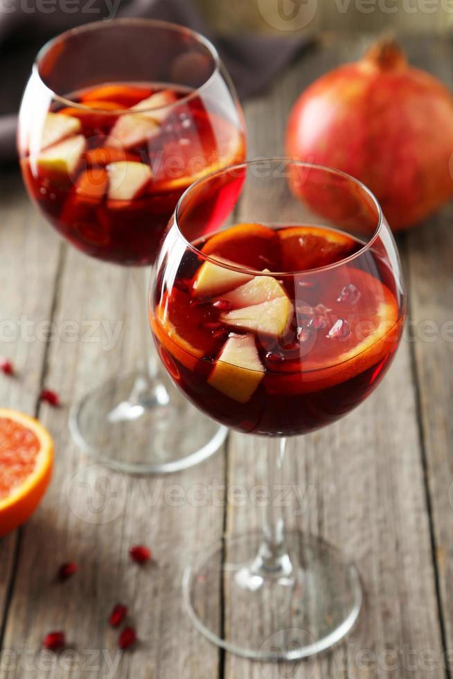 glazen sangria op houten tafel met granaatappel foto