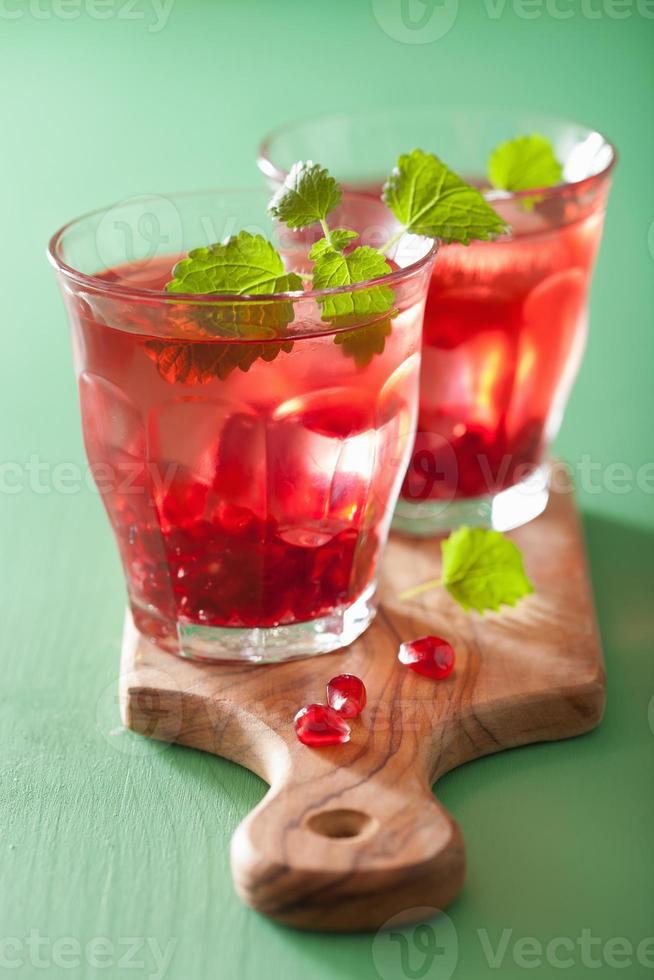 zomer granaatappeldrankje met melissa foto