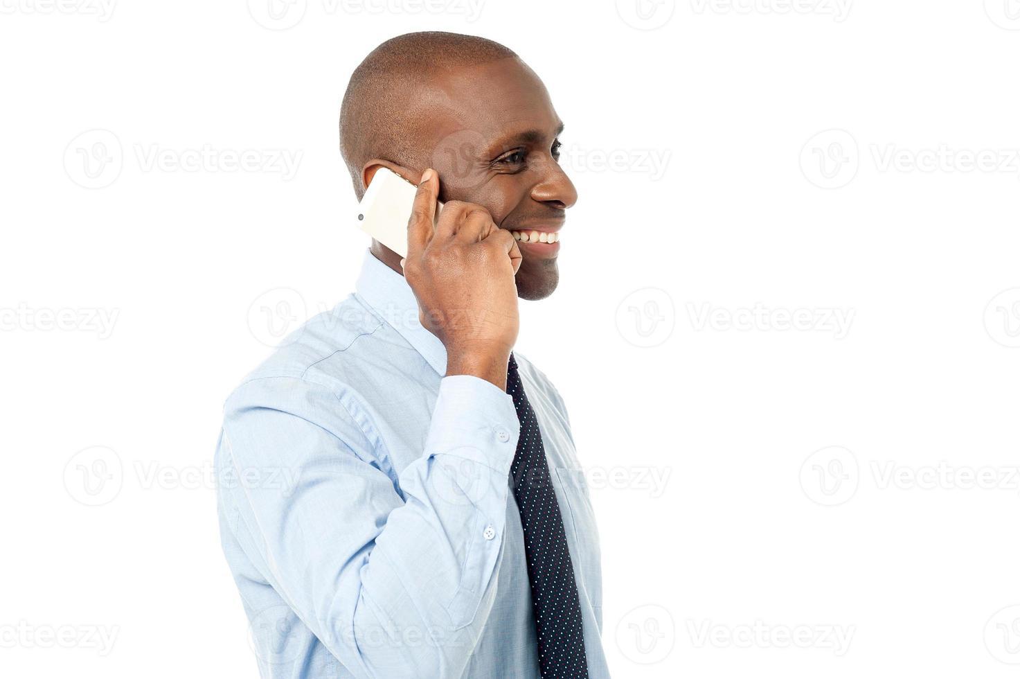 Afrikaanse man gebruikt mobiele telefoon foto